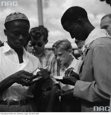 Delegaci z Afryki na placu Zamkowym podczas rozdawania autografów.jpg