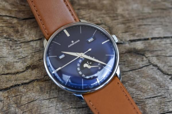 Junghans-Meister-Calendar-Dark-Blue-Dial-Review-6-768x513.jpg